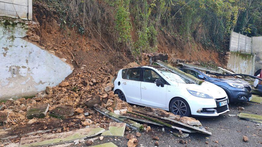 Glissement de terrain dans Poitiers : le mur s'effondre sur des voitures du concessionnaire Renault - France Bleu
