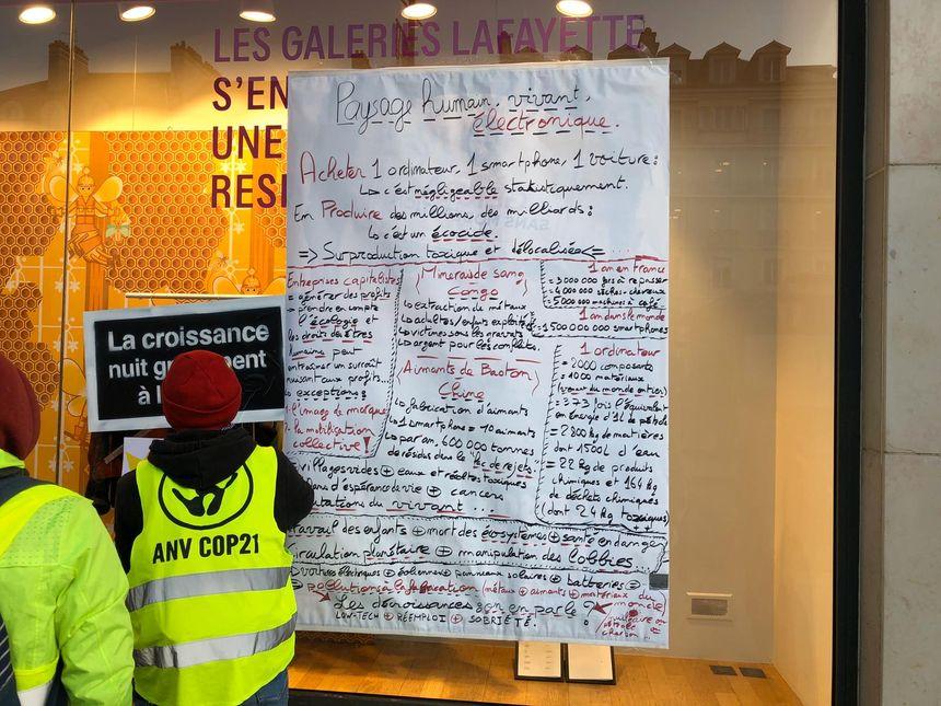Les militants ont collé une affiche d'explications pour justifier leur action.