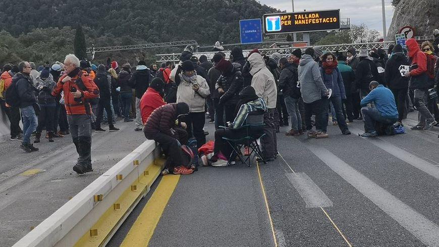 Les militants indépendantistes ont investi les voies de l'autoroute au Perthus
