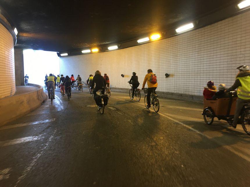 La circulation a été interrompue par des bénévoles pour permettre aux cyclistes de se déplacer dans la ville