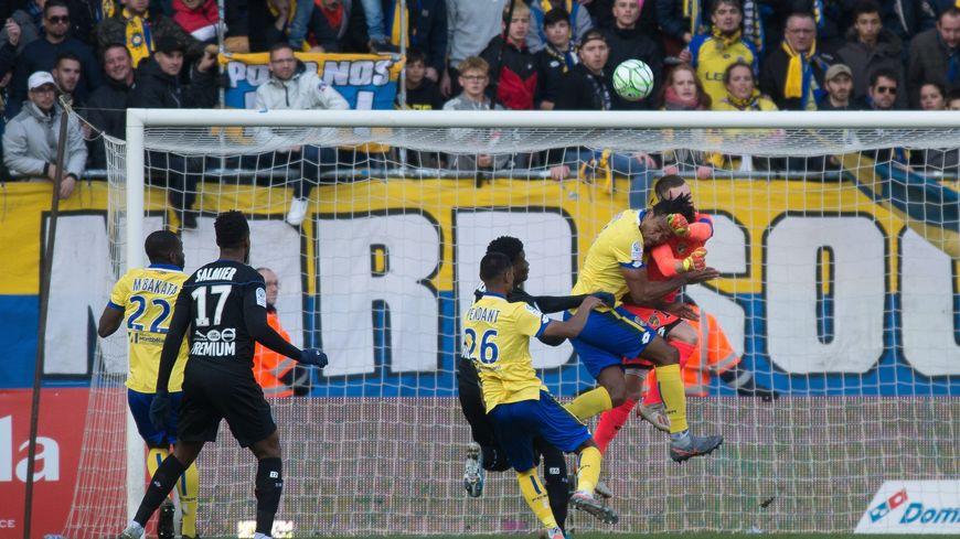 L'image du match : le choc entre Teikeu et Prévot, le gardien sochalien sera sérieusement blessé au visage