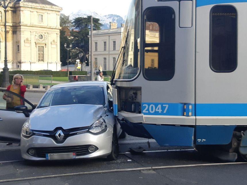 La voiture et le tramway ont tous les deux des traces du choc
