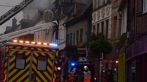 L'incendie s'est déclaré en début d'après midi dans une maison dans la rue principale du centre ville d'Orbec.