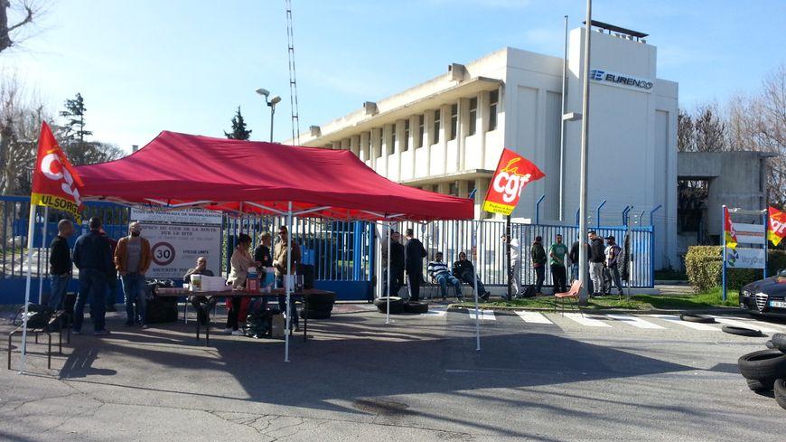 Des grévistes de la CGT devant l'entrée de l'usine Eurenco à Sorgues - Vaucluse