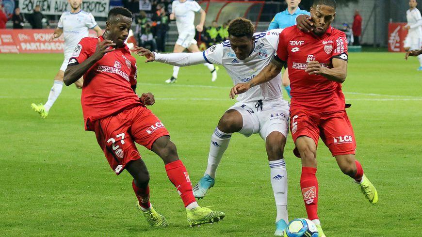 Contre Lille, le DFCO pourra compter en défense sur Mickaël Alphonse (à droite)