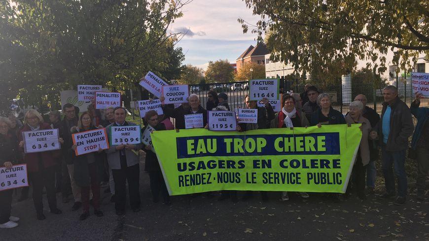 Manifestation devant le siège de Suez au Pontet