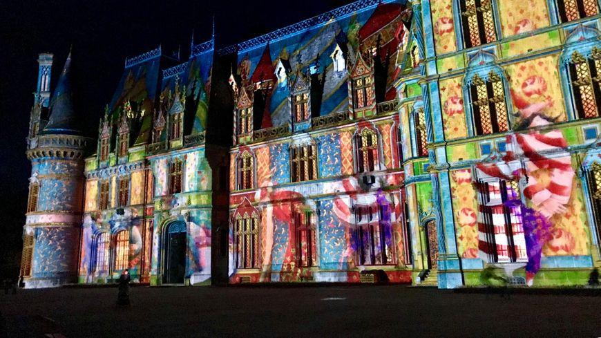 Le nouveau son et lumières sur la façade du château de Trévarez.