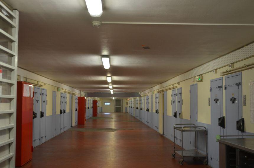 L'un des couloirs du secteur de détention de la prison de la Talaudière