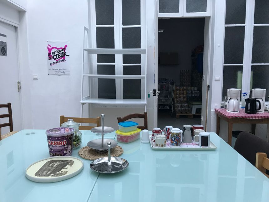 Café et bonbons pour les enfants à disposition