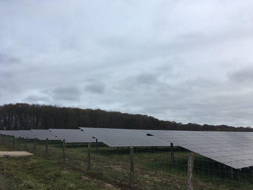 Même par temps couvert, la centrale photovoltaïque continue à produire de l'électricité.