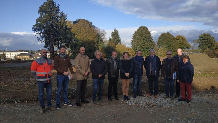 Les membres de la communauté de communes du pays de Craon, l'architecte ainsi que les constructeurs en charge du projet devant le site de la nouvelle maison de santé de Cossé-le-Vivien