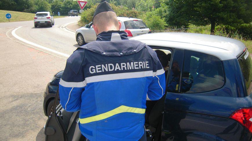 Les appels de phare pour signaler la présence des gendarmes sur les routes ne sont pas une bonne idée.