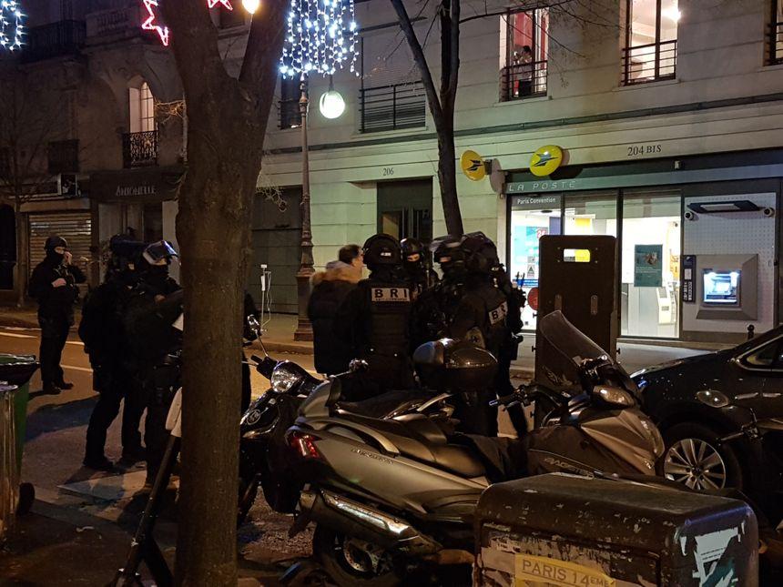 Une bonne dizaine de policiers de la BRI (Brigade de Recherche et d'Intervention) s'est déployée pour intervenir auprès de l'homme retranché dans son appartement du 197 rue de la Convention à Paris (XVe arrondissement).