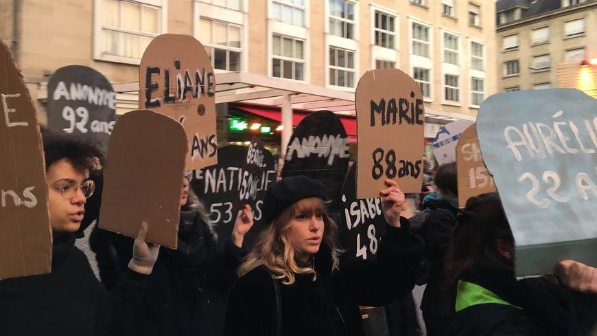 Sur les pancartes, le nom et l'âge de victimes de féminicides