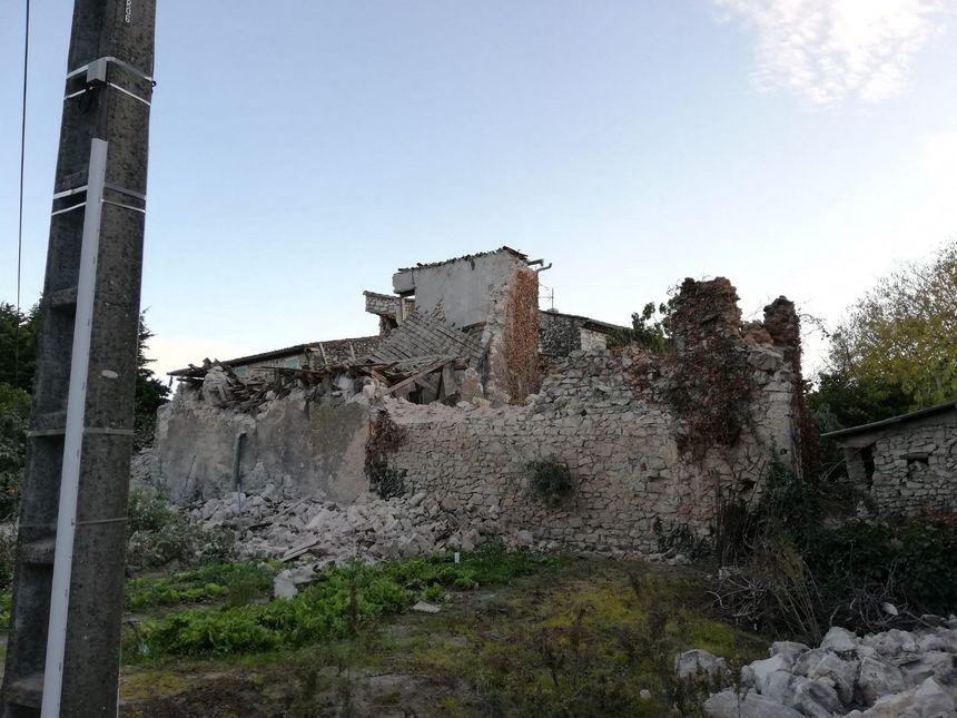 Maisons gravement touchées par le séisme hameau de la Rouvière dans la commune du Teil (07)/