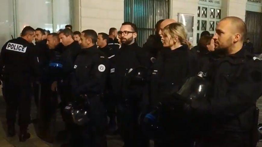 Un an de gilets jaunes : à Pau, quand les policiers ont enlevé leurs casques face aux manifestants - France Bleu