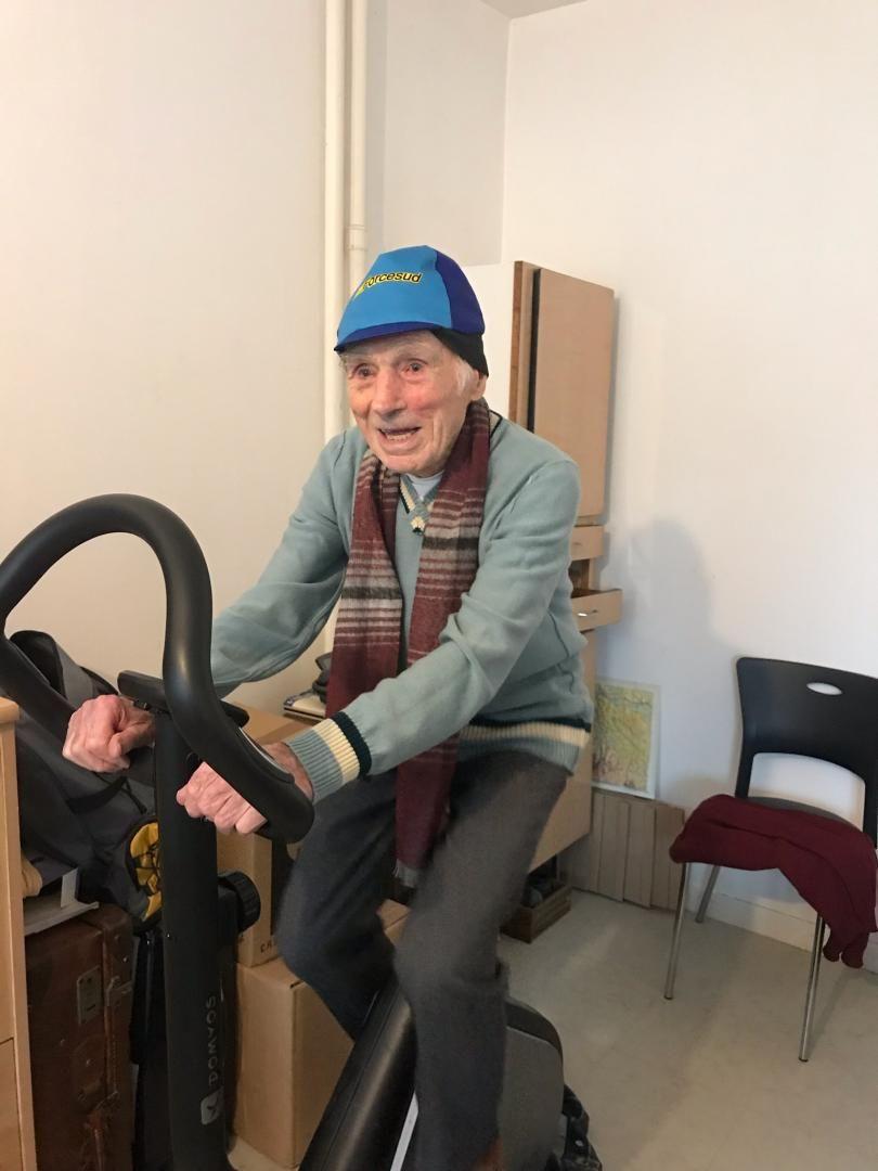 Robert Marchand, 108 ans, sur son vélo d'appartement à Mitry-Mory en région parisienne