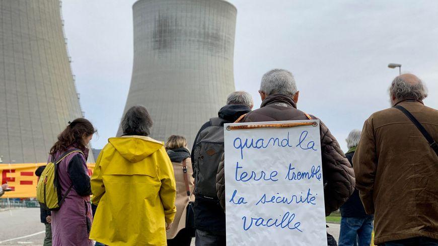 Une centaine de militants anti-nucléaire se sont rassemblés devant la centrale nucléaire de Cruas-Meysse en Ardèche, le samedi 30 novembre 2019