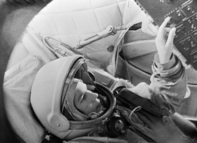 La cosmonaute russe Valentina Terechkova, 1ère femme dans l'espace (en 1963), en entraînement dans un simulateur du vaisseau Vostok.