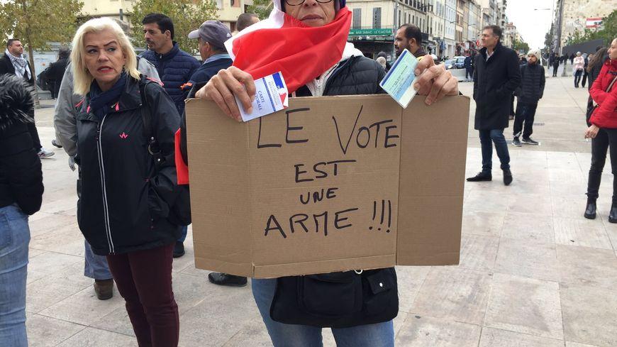 Plus d'une centaine de personnes s'est rassemblée, ce dimanche, devant la porte d'Aix à Marseille.