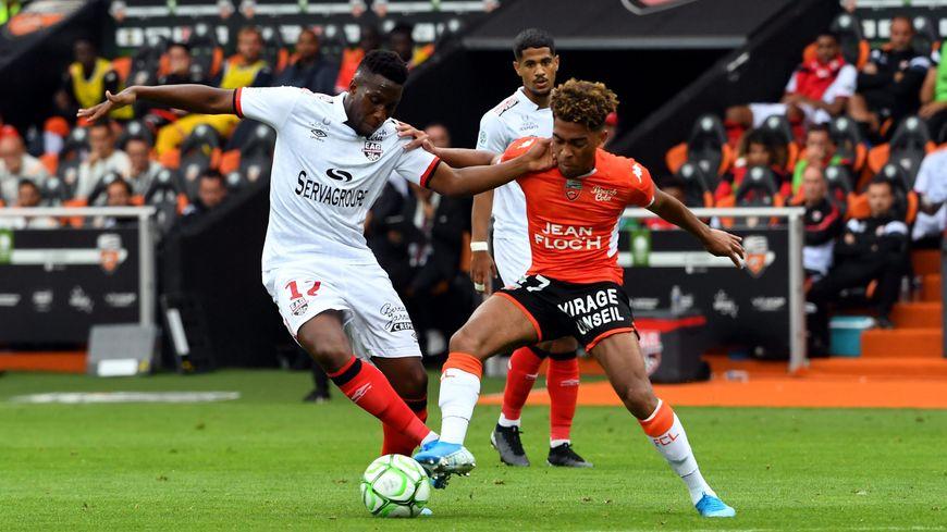 Le Guingampais Ngbakoto contre le Lorientais Ponceau, lors de l'opposition en championnat