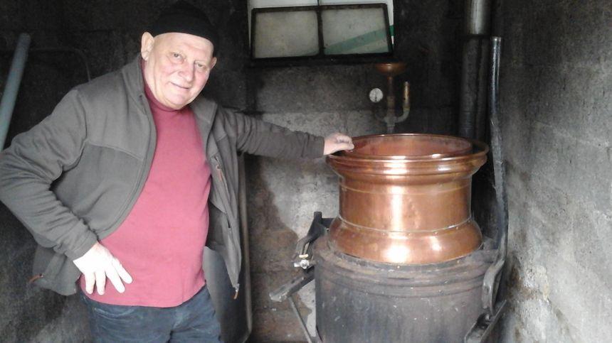 """L'atelier municipal et l'alambic sur lequel veille Jean-Marie depuis toujours... dans l'espoir – dit-il et distille – de trouver une relève pour """"une passe de relais"""" !"""