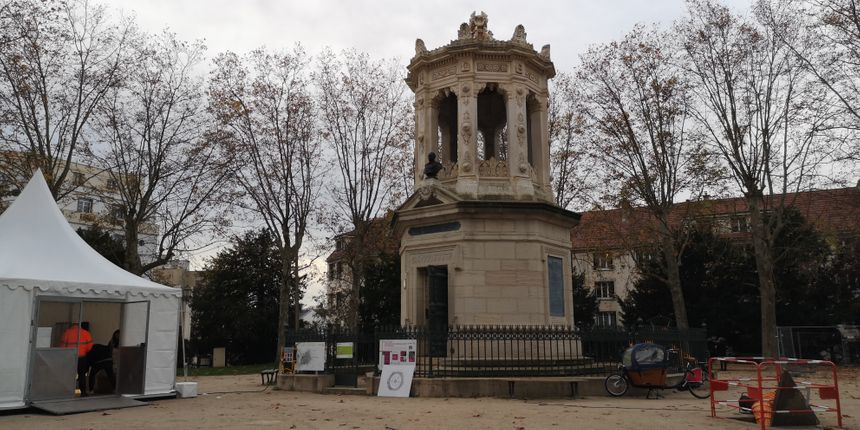 Bien connue des Dijonnais, cette construction qui domine le jardin Darcy, abrite l'entrée du réservoir.