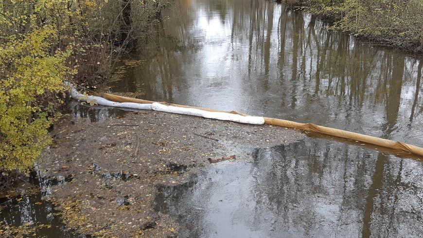 """Les pompiers des Deux-Sèvres ont mis en place un dispositif de barrage au lieu dit """"Bief Minet""""."""
