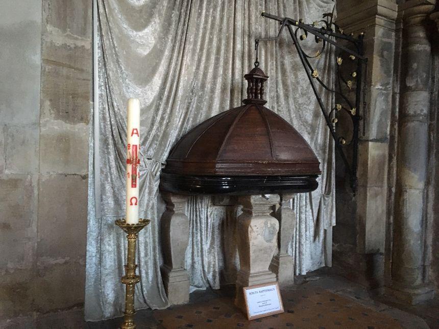 Émotion devant le baptistère de Notre-Dame de Mirecourt, où Simon Roux a été très probablement baptisé.