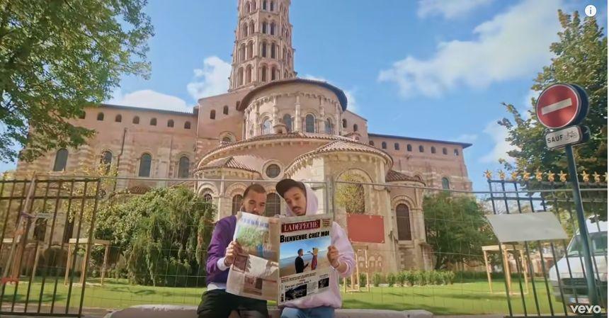 Bigflo et Oli devant la basilique Saint-Sernin dans leur dernier clip