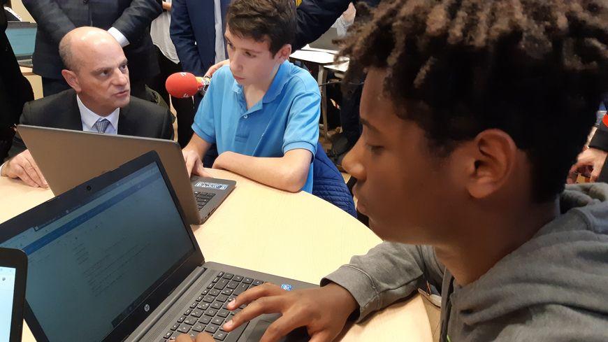 Jean-Michel Blanquer dans une classe avec des manuels scolaires numériques au lycée Loritz à Nancy.