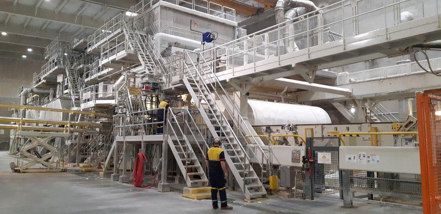 Une machine à papier chez Essity à Gien
