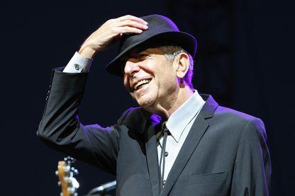 L'auteur-compositeur-interprète, musicien, poète, romancier et peintre Leonard Cohen pendant le festival Coachella,  le 17 avril 2009 à Indio, en Californie.