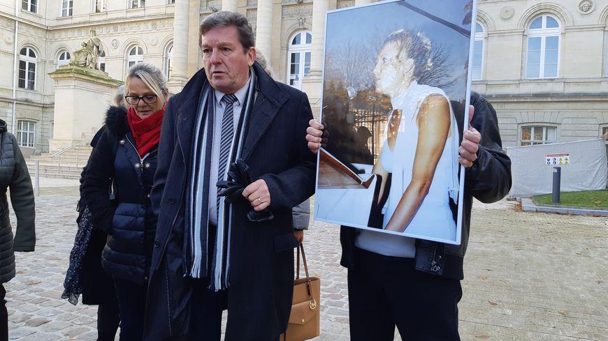 Jacky Kulik ne croit pas au témoignage de Katy Dudebout, persuadé qu'elle a des informations sur le meurtre de sa fille