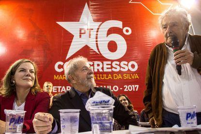 Les anciens présidents du Brésil Luiz Inacio Lula da Silva et d'Uruguay José Mujica à la 6ème conférence du Parti des Travailleurs à Sao Paulo en 2017