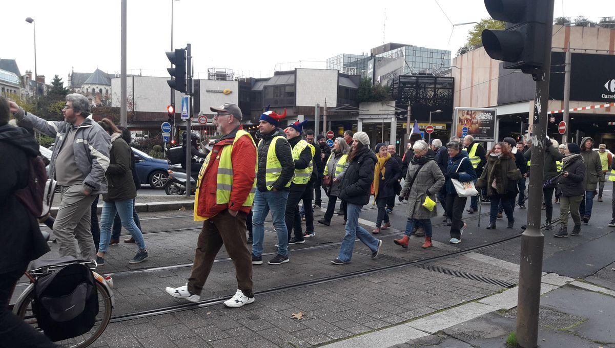 Les gilets jaunes défilent dans les rues d'Orléans pour l'anniversaire du mouvement