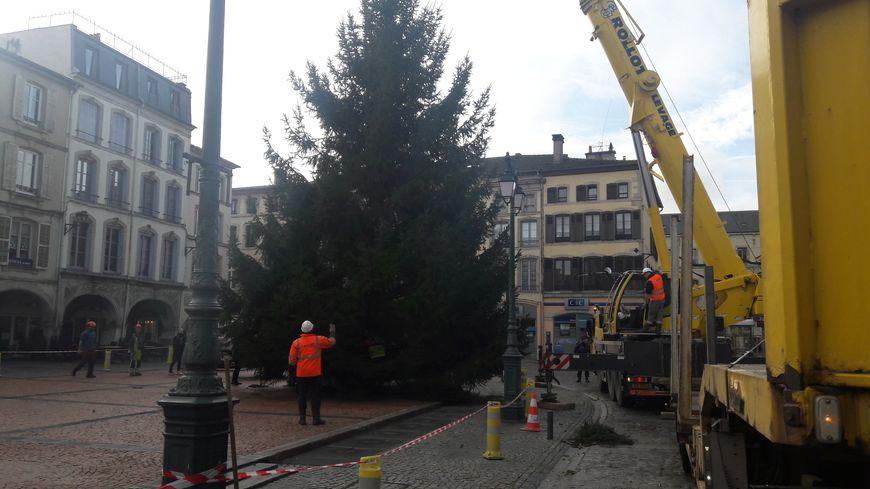 Le sapin de Noël sur la place des Vosges à Eopinal