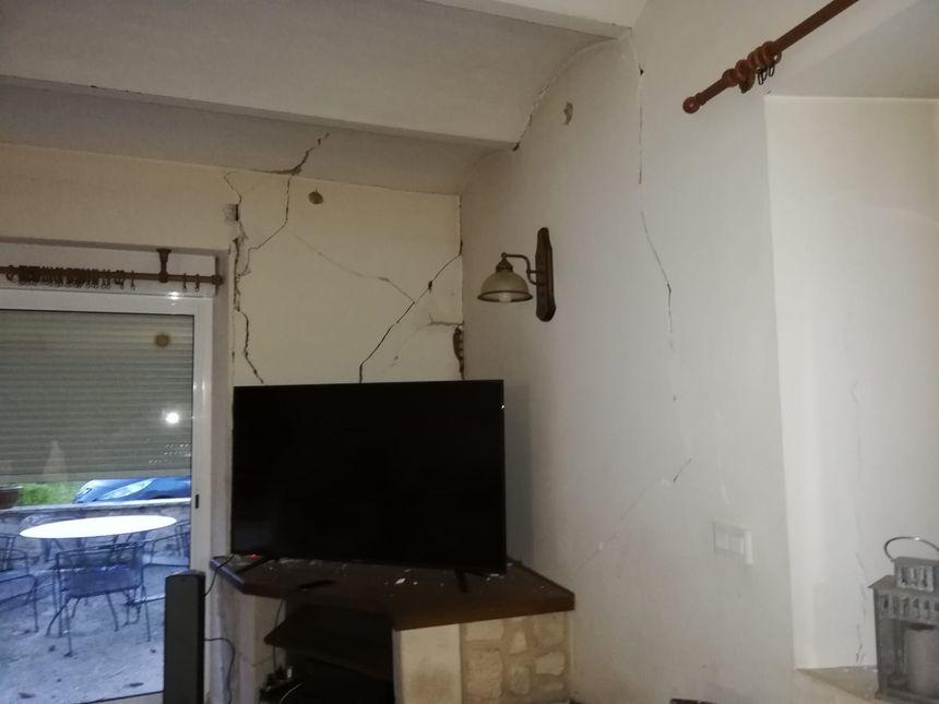 Des fissures dans une maison au hameau de la Rouvière au Teil (Ardèche) après le séisme