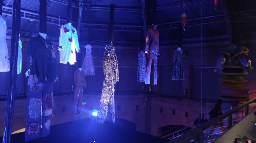 Certains costumes exposés sont mis en vente, comme la tenue réfléchissante de Soprano