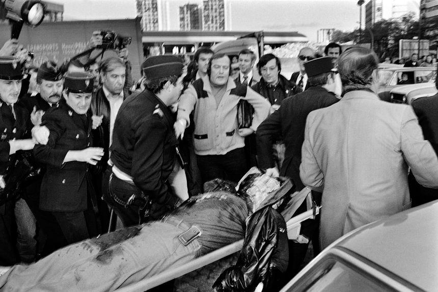 La foule se presse autour du cadavre de Jacques Mesrine le 2 novembre 1979, à Paris