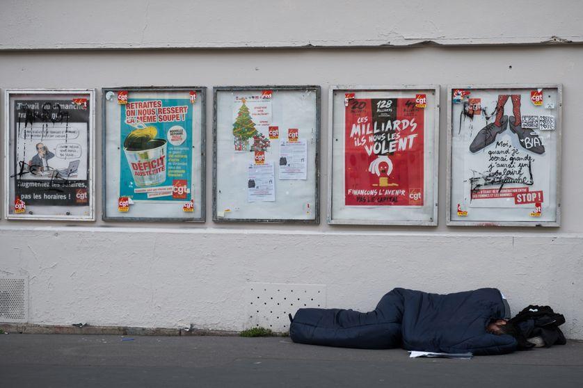 Homme dormant dans un sac de couchage dans la rue. Photo prise à Paris le 29 mars 2019.