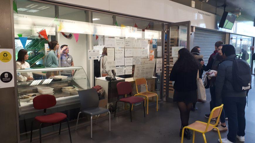 Rennes : l'épicerie gratuite ne désemplit pas sur le campus de Villejean - France Bleu
