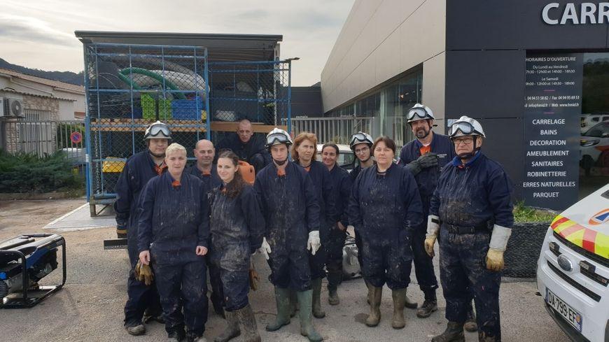 L'équipe des secouristes de la Protection civile de la Dordogne intervient dans la commune de Le Muy, auprès des commerçants impactés