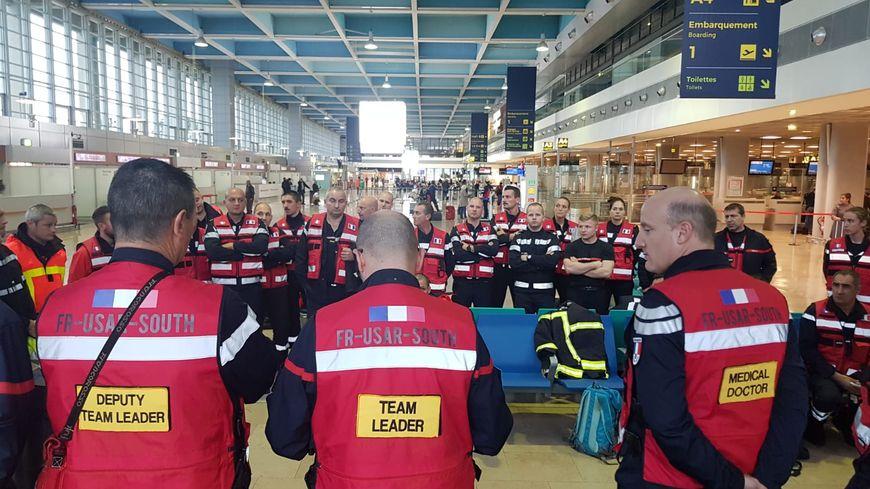 Les pompiers dans un hall de l'aéroport de Marseille