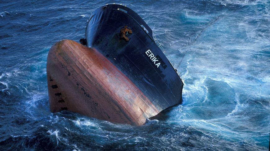 Le pétrolier Erika sombre au large du Finistère en décembre 1999