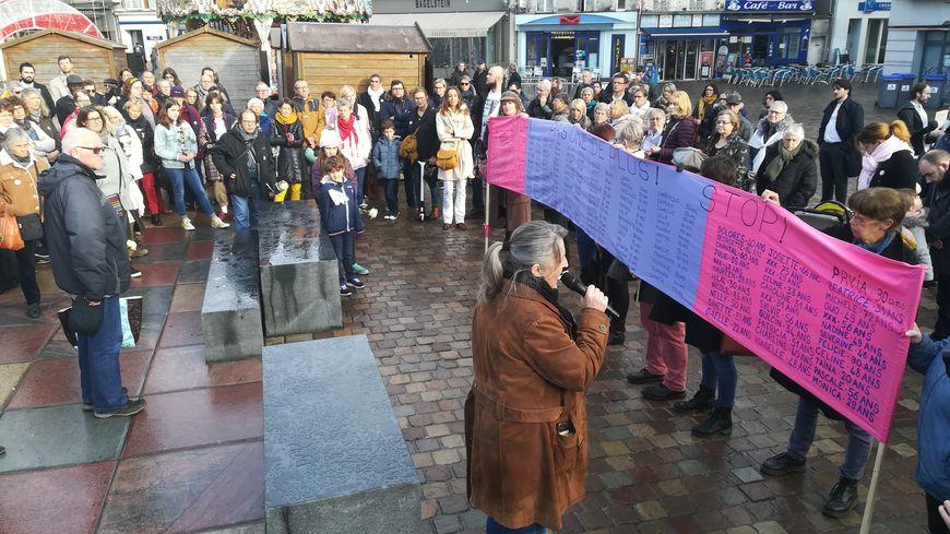 Un peu plus d'une centaine de personnes ont écouté la lecture des 137 noms de victimes de violences conjugales depuis le début de l'année.