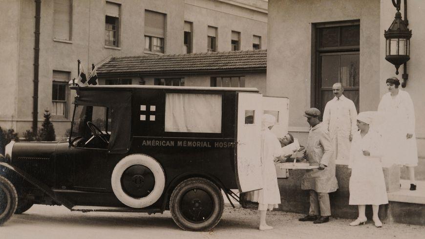 Une ambulance d'époque de l'hôpital américain.