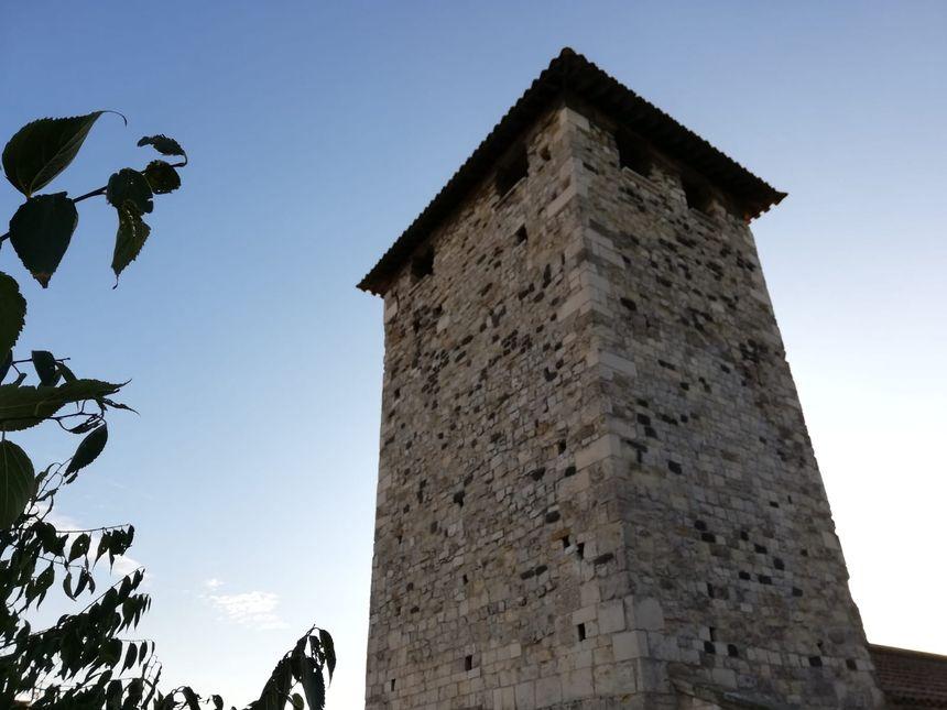 Le clocher de l'église du quartier Mélas au Teil (Ardèche) endommagé par le séisme