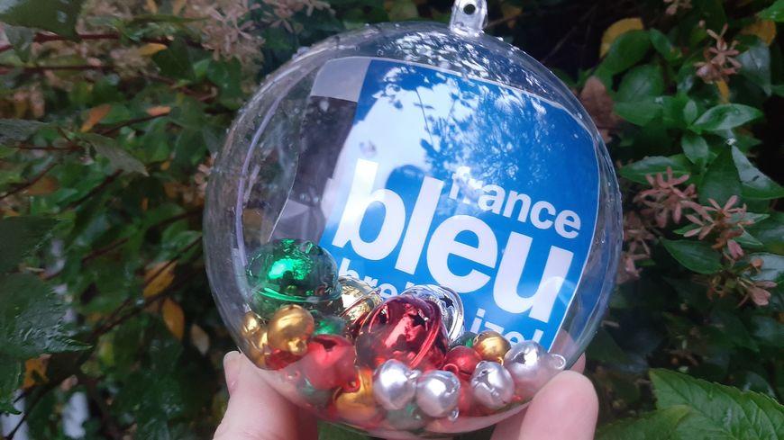 Des boules comme celle-ci ont été photographiées dans de nombreux coins de Bretagne... à vous de trouver où !