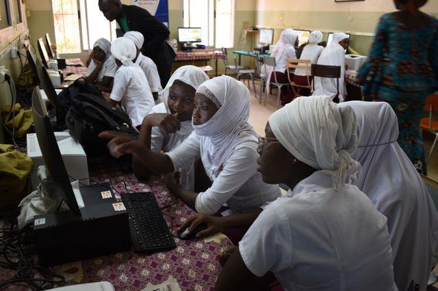 Des filles, élèves de terminale du lycée Mariama de Niamey, au Niger, suivent une initiation au codage informatique. 7 novembre 2019.